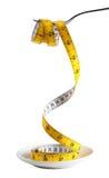 Вилка держа измеряя ленту от плиты Стоковые Фотографии RF