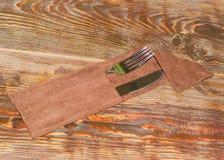 Вилка и нож в мешке столового прибора на старом деревянном столе Стоковые Изображения