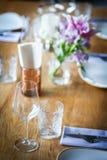 Вилка и нож на таблице, около плиты Стоковая Фотография