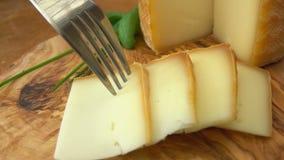Вилка принимает часть пастеризованного сыра молока овец видеоматериал