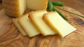 Вилка принимает часть пастеризованного сыра молока овец сток-видео