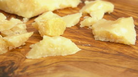 Вилка принимает часть сыр пармесана от деревянной доски акции видеоматериалы