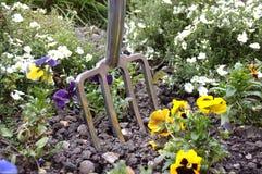 Вилка сада введенная в flowerbed стоковое изображение rf