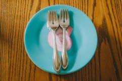 Вилки на голубой и розовой плите Seashell Стоковое Изображение RF