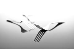 Вилки на лоснистой поверхности таблицы Стоковое Фото