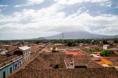Вид на город Гранады с горой на backgrouns Стоковое фото RF