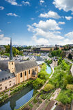 Вид на город Люксембурга с домами на Alzette Стоковые Изображения RF