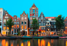 Вид на город ночи каналов Амстердама и типичная ho