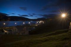Вид на город с кабелем света автомобиля на дороге ноча зимы, Akureyri, Стоковое фото RF