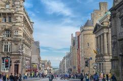 Вид на город улицы Виктории исторический с движением и здание в старом городке Эдинбурге Стоковые Фото