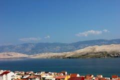 Вид на море горы с крышами Стоковое Изображение RF