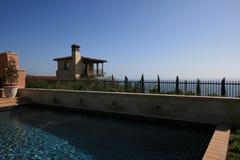 Вид на море из загородки двора Стоковые Изображения RF