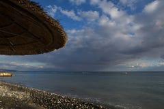 Вид на море из-под зонтика пляжа Стоковые Фото