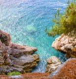Вид на море от крутой скалы стоковые фотографии rf