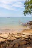 Вид на море пляжа Сьюзана Hoi (ископаемого кладбища пляжа раковины) в Krabi t Стоковое фото RF