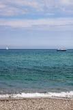 Вид на море с шлюпкой и яхтой стоковые изображения rf