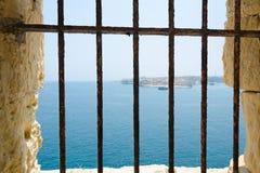 Вид на море через стальные пруты Стоковая Фотография RF