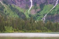 Вид на озеро лавины центра с 3 водопадами Стоковое фото RF