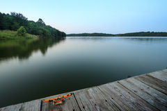 Вид на озеро вечера Стоковые Фотографии RF