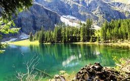 вид на озеро в горных вершинах Стоковое Фото
