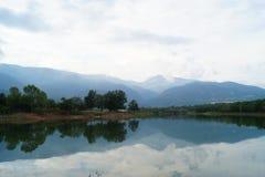 Вид на озеро с горами природы Стоковые Фотографии RF
