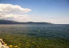 Вид на озеро с голубой и зеленой водой Стоковые Фотографии RF