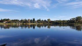 Вид на озеро с небом стоковая фотография