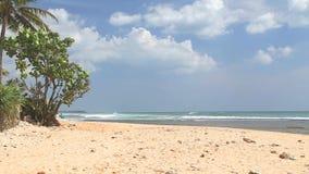 Вид на океан в Hikkaduwa при волны брызгая пляж пока люди проходят мимо Hikkaduwa известно для своего красивого bea песка видеоматериал