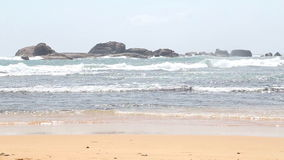 Вид на океан в Hikkaduwa при волны брызгая пляж Hikkaduwa известно для своих красивых пляжей песка сток-видео