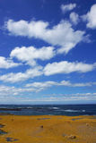 Вид на океан и красивое небо облака при люди исследуя в Виктории, Австралии Стоковые Фото