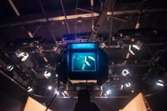 Видоискатель видеокамеры - выставка записи в студии ТВ стоковое фото
