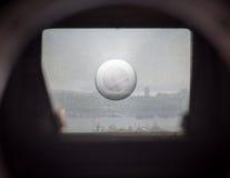 Видоискатель на старой камере SLR. стоковое фото