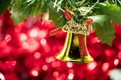 Вид орнамента колокола рождества на ветви дерева с красным backg bokeh Стоковые Изображения RF