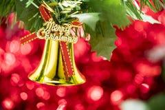 Вид орнамента колокола рождества на ветви дерева с красным backg bokeh Стоковое фото RF