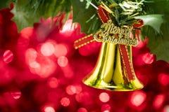 Вид орнамента колокола рождества на ветви дерева с красным backg bokeh Стоковое Изображение RF