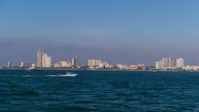 Вид от моря на курортном городе Паттайя стоковые фотографии rf