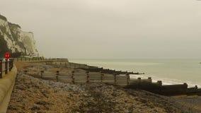 Вид от набережной на море и утесов в Дувре акции видеоматериалы