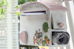 Вид почтового ящика на деревянной загородке Стоковая Фотография RF