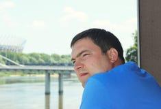 Вид сбокуый низкого угла портрета человека стоя и смотря вперед против на голубого неба Стоковые Изображения