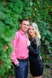 Вид сбокуый портрета молодой туристской пары в влюбленности, обнимая Стоковая Фотография RF