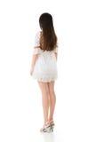 Вид сзади азиатской женщины с белым коротким платьем стоковое фото