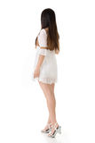 Вид сзади азиатской женщины с белым коротким платьем стоковое изображение