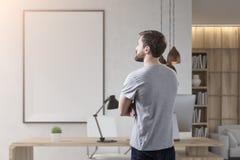 Вид сзади бизнесмена в комнате с плакатом Стоковые Фотографии RF
