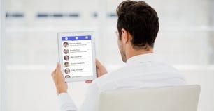 Вид сзади бизнесмена используя социальное место на ПК таблетки Стоковые Фотографии RF