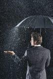 Вид сзади бизнесмена под зонтиком Стоковая Фотография RF