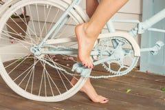 Вид сзади босых ног на педали велосипеда Стоковое фото RF