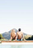Вид сзади бушеля пар сидя бассейн Стоковые Изображения
