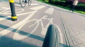 Вид сзади велосипеда двигая быстро вдоль дороги велосипеда города Стоковое Изображение RF