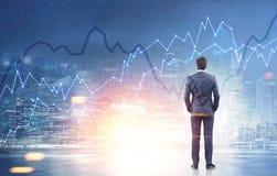 Вид сзади города ночи бизнесмена, диаграммы Стоковая Фотография RF