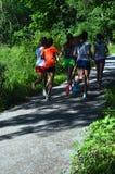 Вид сзади девочка-подростков бежать на пути 3 Стоковые Фотографии RF